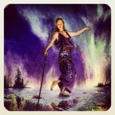 Maeve, keltska boginja ciklov in spolne energije. Znana po svoji legendarni spolni. Zahtevala je, da se med njeno krvavitvijo zaustavijo bitke. Od nje se lahko naučimo zahtevati spoštovanje do našega cikla. Slika: richardhescox.com