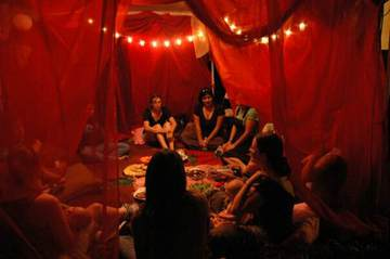 Ženski krog v Rdečem šotoru. slika: www.meetup.com
