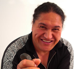 Ezard Tamaki je tradicionalni maorski zdravilec, ki se ukvarja tudi z babištvom. V maorksi kulturi so za porajanje otrok namreč zadolženi moški. Maori poudarjajo pomen psihološke/duhovne povezanosti med otrokom in očetom, ki lahko olajša porod, če se oče nauči povezavo ozavestiti, zavestno graditi in usmerjati.