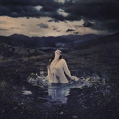 Voda je element Svečenice. Predstavlja dušno potovanje, globine, očiščenje v duhu in preobrazbo. To je naše resnično poslanstvo, če pogledamo dovolj globoko vase.