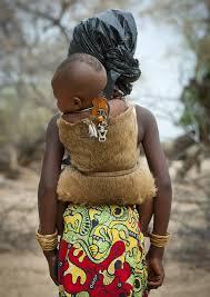 plemenska mama nosi otroka