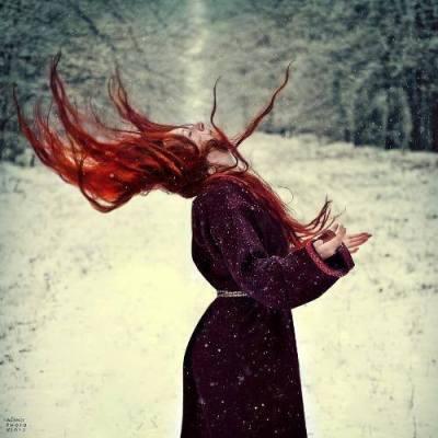 rdečelasa svečenica v snegu