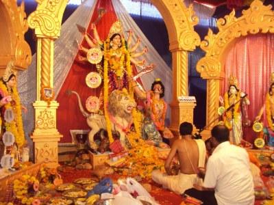 Durga puja - obred čaščenja Boginje Durge. Ljudje častijo BOGINJO - ženski obraz Božanskega, Božansko utelešeno v ženskah!