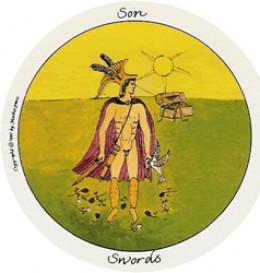 """Sin (Konjenik) mečev v ženskem Tarotu predstavlja patriarhalni um - ne um kot osvobajajoča zračnost, temveč um kot rezilo, sovražno orožje, ki davi Belo Golobico. Patriarhalna religija je takšen um, ki davi Boginjo. Davi žensko duhovno blagostanje in v ženske vceplja strah in sumničavost do samih sebe. Sin mečev je junak grških in rimskih mitov, ki obglavlja """"grozne"""" Boginje. Te Boginje niso zares grozne, njihova """"grozovitost"""" je projekcija patriarhalnega strahu pred celovito, predvsem intuitivno, asertivno, mogočno ženskostjo."""