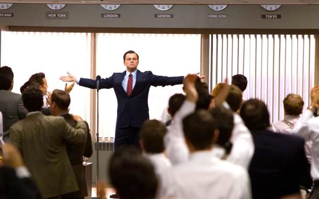 Prizor iz filma Wolf of Wall Street (Volk z Wall Streeta), ki prikazuje Jordana Belforta, direktorja finančnega podjetja, kako z motivacijskim govorom motivira svoje uslužbence in jih pripravlja na neusmiljene in agresivne finančne prevare svojih strank. Fenomen motivacijskega govorništva je plod strupene združitve novodobništva in kapitalizma.